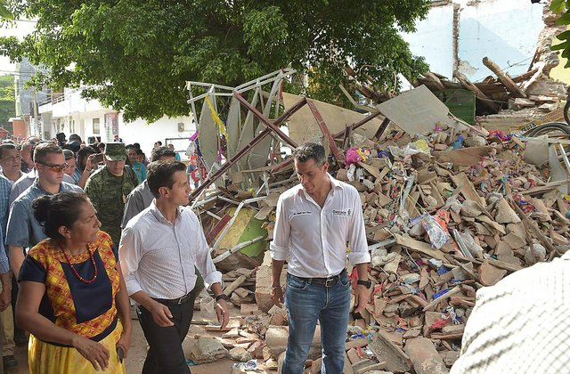 1024px-Enrique_Peña_Nieto_y_Alejandro_Murat_Hinojosa_visitan_una_zona_afectada_por_el_sismo_del_7_de_septiembre1.jpg