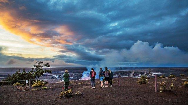 Halmema-uma-u-viewing-area-at-Hawai-i-Volcanoes-NP_lr_960.jpg