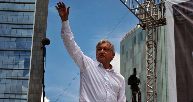 Andrés_Manuel_López_Obrador_saludando_-_Marcha_22_de_septiembre_de_2013_-_2.jpg