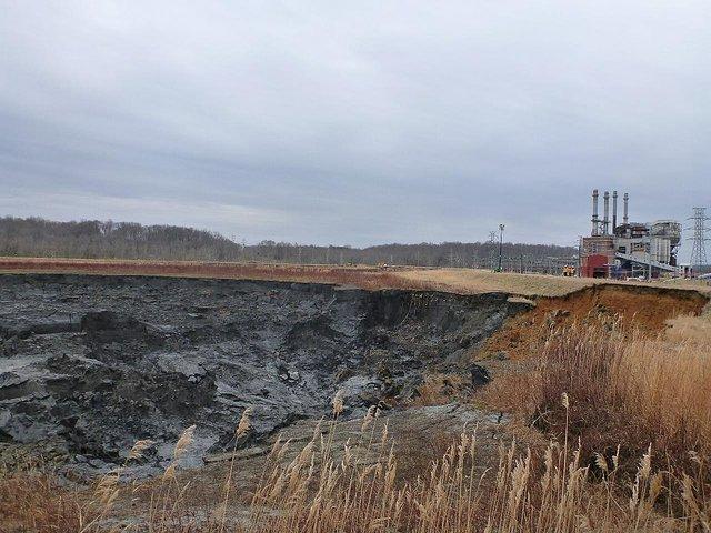 1024px-Dan_River_coal_ash_spill_-_impoundment_and_power_plant_-_2014.jpg