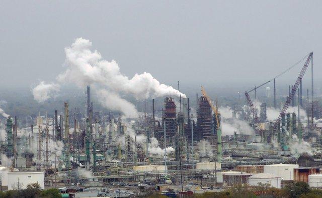 1599px-Exxon_Mobil_oil_refinery_-_Baton_Rouge,_Louisiana.jpg