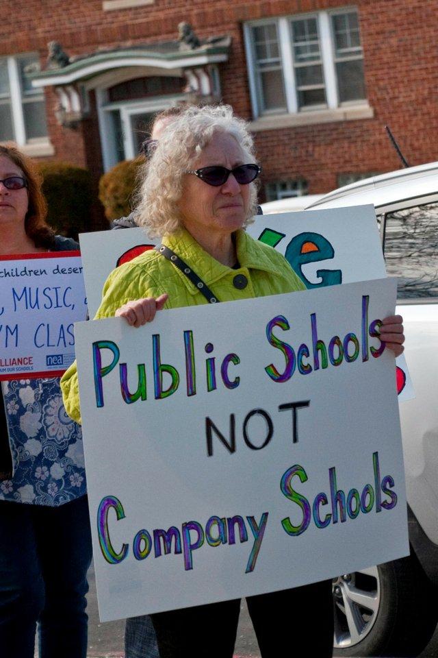 Milwaukee_Public_School_Teachers_and_Supporters_Picket_Outside_Milwaukee_Public_Schools_Adminstration_Building_Milwaukee_Wisconsin_4-24-18_1027_(40833961615).jpg