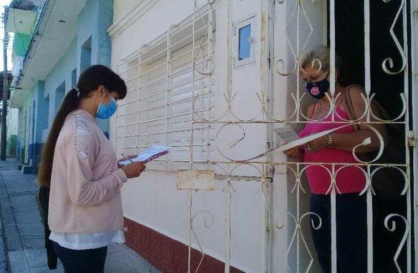 Health worker checks on a Sancti Spiritus resident, photo by Delia Proenza ,Escambray.jpg