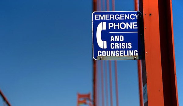 Suicide_prevention_sign_on_the_Golden_Gate_Bridge_600x350px.jpg.jpe
