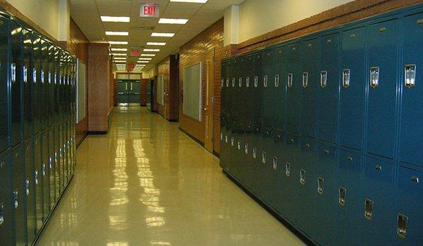 Blue_lockers_hallway600x350px.jpg.jpe