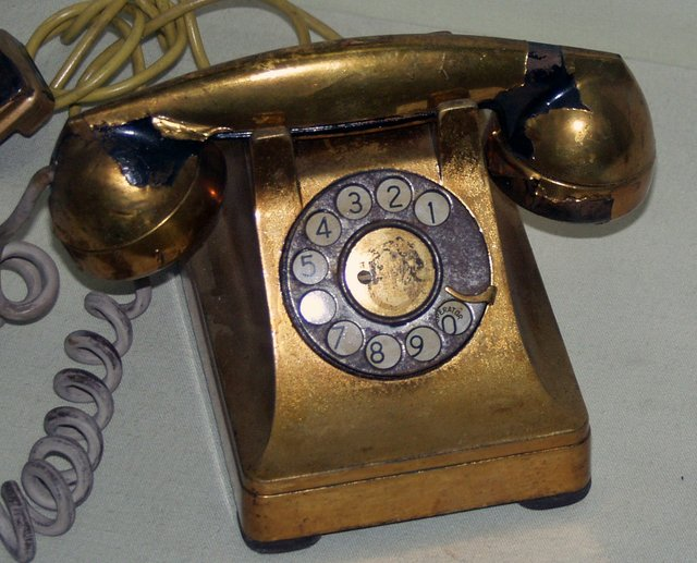 Gold_coated_telephone_batista_ITT_habana.jpg.jpe