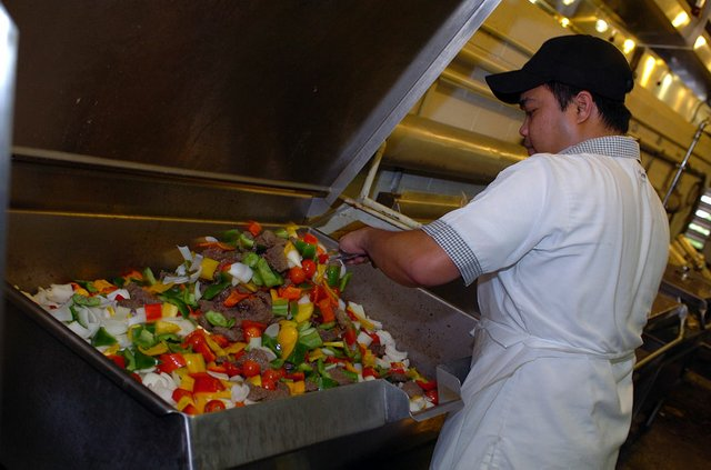 1024px-US_Navy_080822-A-1912B-026_A_food_service_worker_from_Joint_Task_Force_Guantanamo's_Seaside_Galley_prepares_a_special_meal.jpg.jpe
