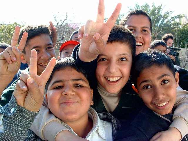 1024px-Iraqi_boys_giving_peace_sign.jpg.jpe