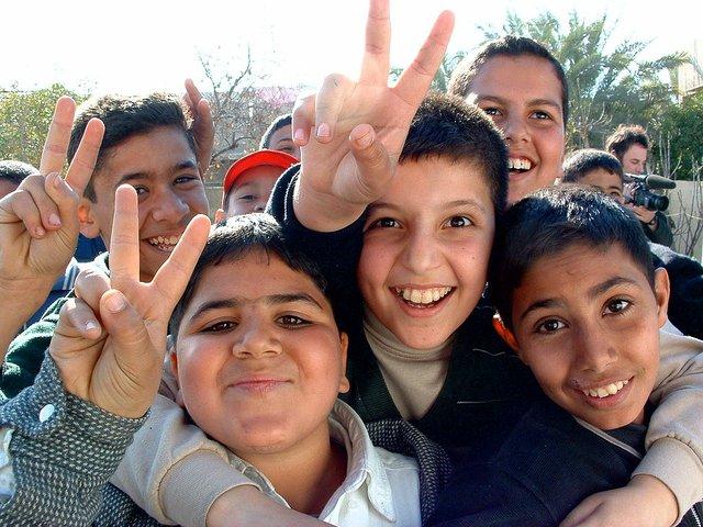 1024px-Iraqi_boys_giving_peace_sign.jpg.jpe