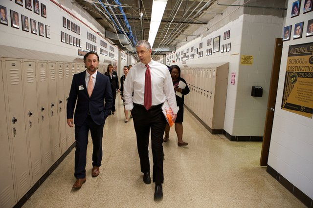 Arne_Duncan_at_Fern_Creek_High_School,_Louisville,_Kentucky.jpg.jpe