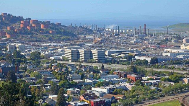 Pt._Richmond_and_Chevron_Refinery,_Richmond_CA_in_2016.jpg