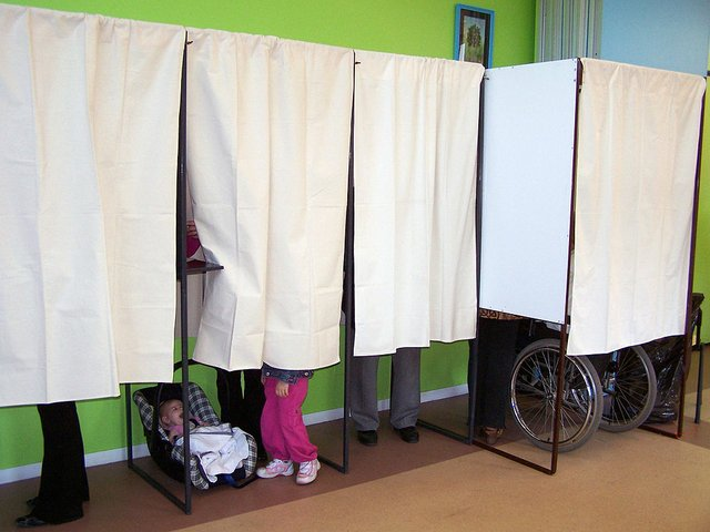 1024px-Election_presidentielle_2007_Montauban_Isoloirs_331.jpg