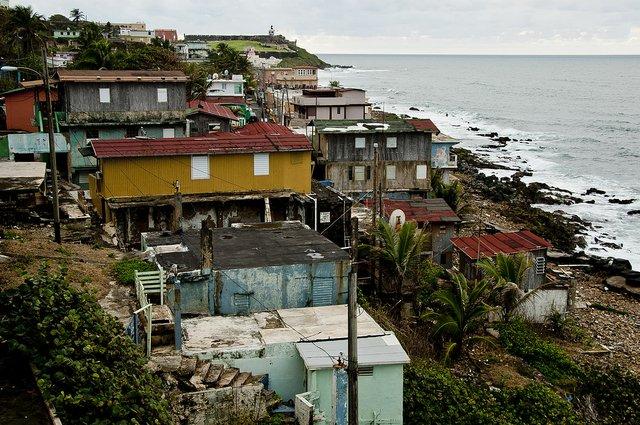 1200px-La_Perla._San_Juan,_Puerto_Rico..jpg
