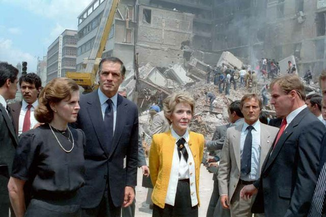 Paloma_Cordero_Nancy_Reagan_Mexico_City_1985_earthquake.jpg