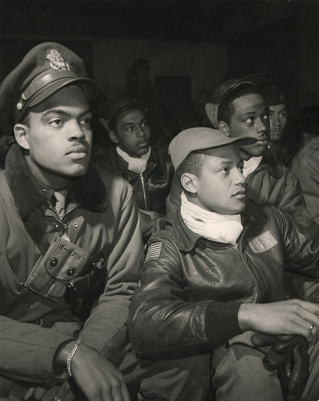 800px-Tuskegee_Airmen_332nd_Fighter_Group_pilots_ppmsca13245u.jpg